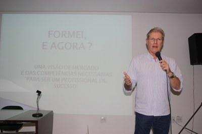 Biomedicina realiza palestra sobre sucesso profissional