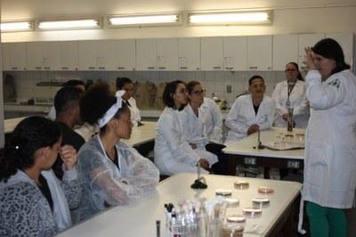 Izabela Hendrix recebe visita de escola técnica
