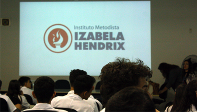 Izabela Hendrix recebe alunos do Ensino Médio em visita técnica