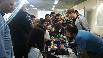 Izabela Hendrix demonstra projetos científicos na Feira de Cultura e Mostra de Profissões