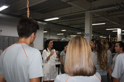 Izabela Hendrix recebe alunos do Colégio Padre Eustáquio para visita