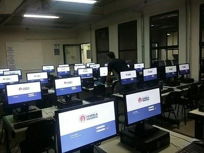 Izabela Hendrix recebe novos computadores