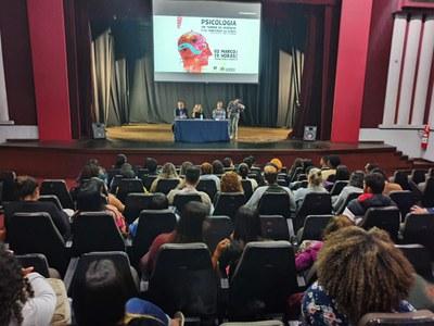 Izabela Hendrix sedia aula magna do curso de psicologia