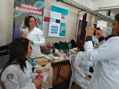 Professores e alunos do Izabela participam de Feira de Profissões para estudantes do Ensino Médio